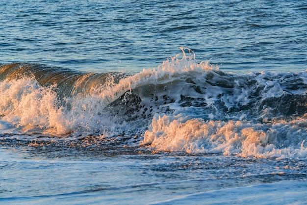 해변에 튀는 파도