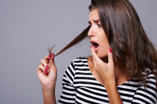 머리카락 끝이 갈라지는 것은 모든 여성의 재앙입니다
