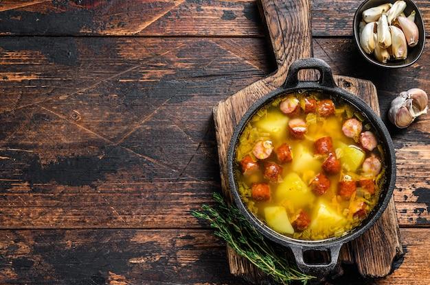 Суп из колотого гороха с копчеными сосисками на сковороде
