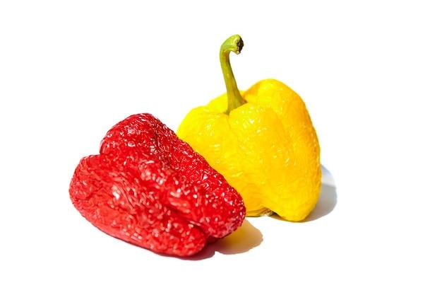甘やかされて育った野菜。白い背景で隔離しわ赤と黄色のピーマン