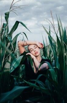 옥수수 밭에서 젊은 금발의 여자를 망친다