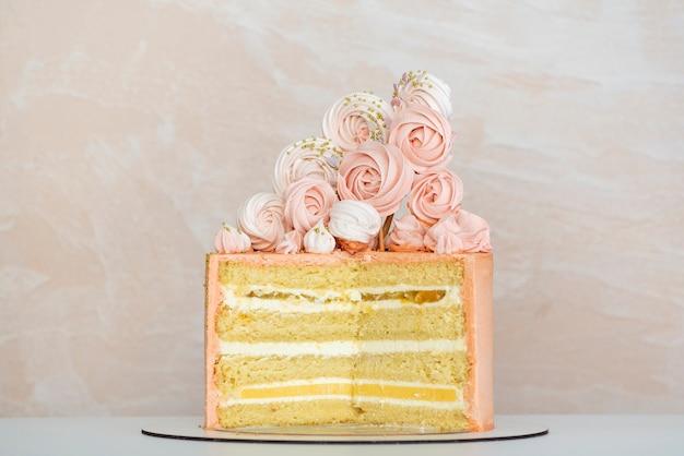 やわらかい装飾が施されたスポンジケーキ。誕生日ケーキ。