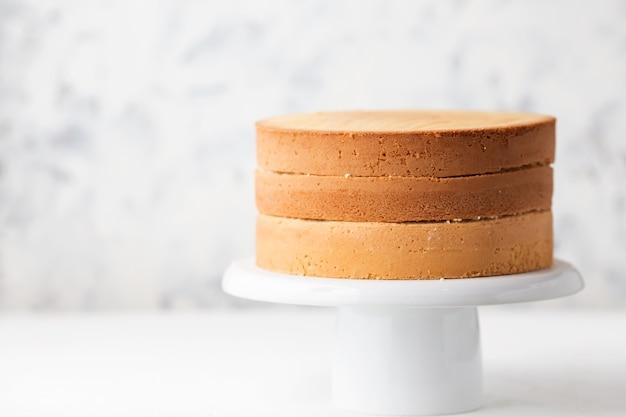 Бисквитные коржи на подставке для белого торта