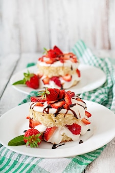 Sponge cake with cream and strawberries