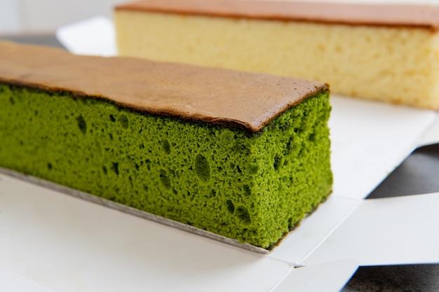 말차와 꿀을 곁들인 스펀지 케이크 일본식 과자 카스텔라 케이크 일본식 스폰지 케이크