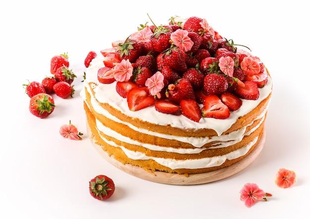 Бисквитный торт с клубникой сверху
