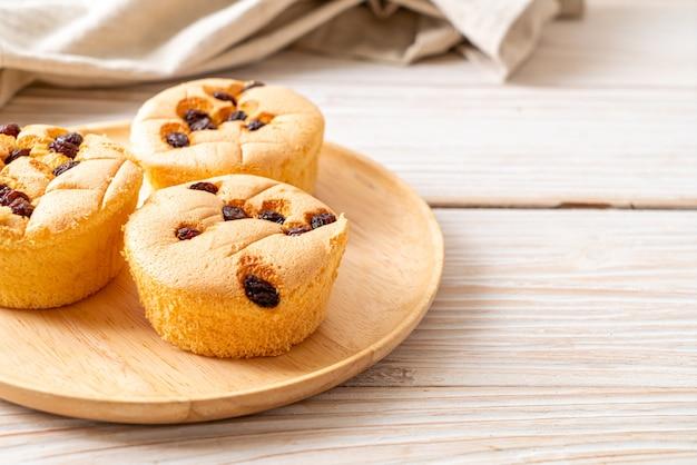 Sponge cup cake with raisin
