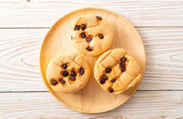 Sponge cupcakes with raisins