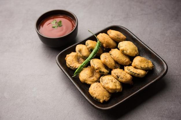 ヘチマのフリッターまたはgilkibhajiまたはbajjiãƒâ'ã'âorãƒâ'ã'â pakoraは、トマトケチャップを添えたインドのスナックアイテムです。