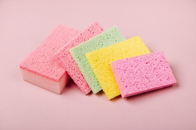 분홍색 배경 청소 또는 가사 개념 배경에 스폰지