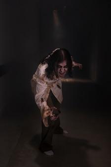 暗闇の中で不気味な女性ゾンビ