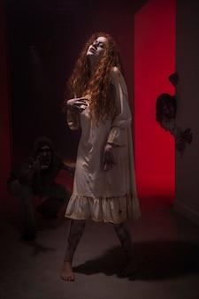 ドレスを着た不気味な生姜の女性ゾンビ