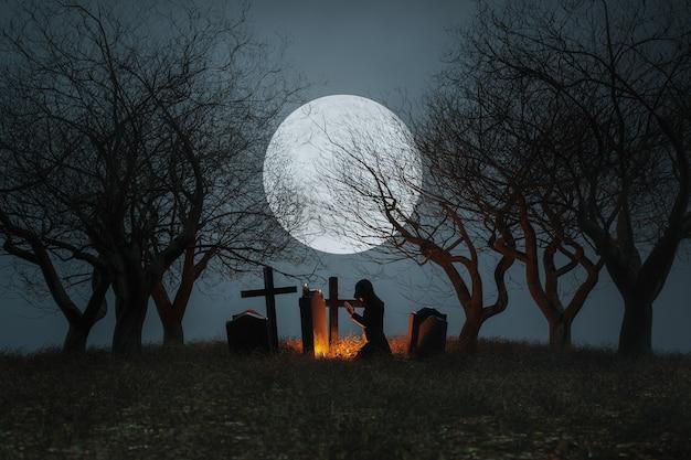 Жуткое кладбище на фоне полной луны