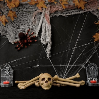 Композиция из пушистого хэллоуина с черепом и костями