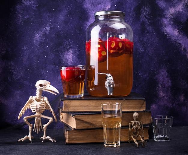 不気味なハロウィーンの飲み物秋のアップルサイダーまたはレモネード