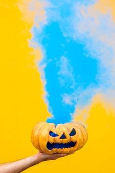 青い煙と不気味なハロウィーンのカボチャ