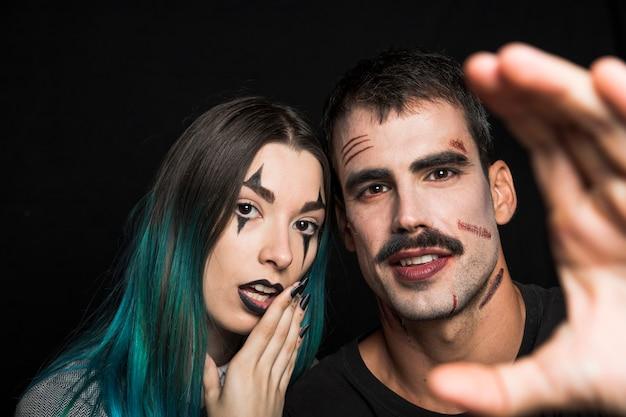 Spooky maschio e femmina con il trucco di halloween