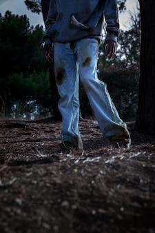 屋外で不気味な男性ゾンビ