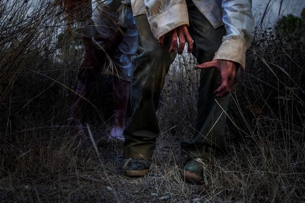 Zombie maschio spettrale all'aperto