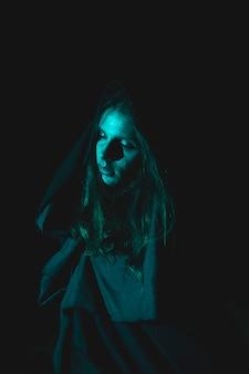 Spooky человек с капюшоном в темноте