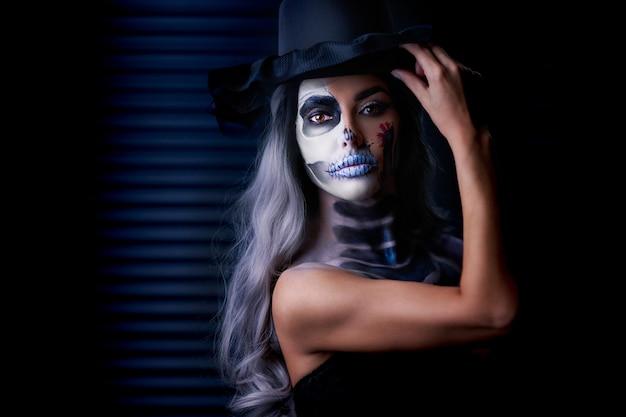 ハロウィーンのゴシックメイクの女性の不気味な肖像画