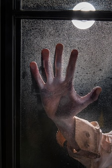 窓の上の不気味なゾンビの手