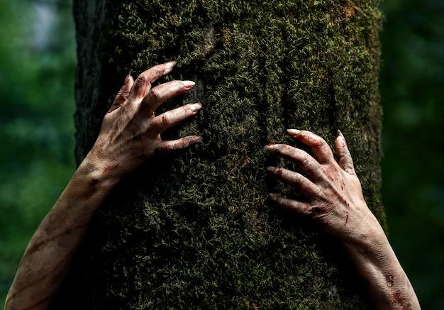 自然の中で不気味なゾンビの手