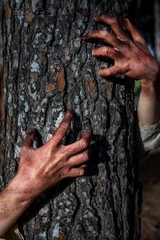不気味なゾンビが木の上に手を