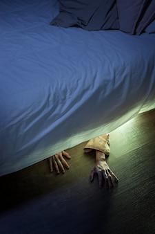 ベッドの下の不気味なゾンビの手