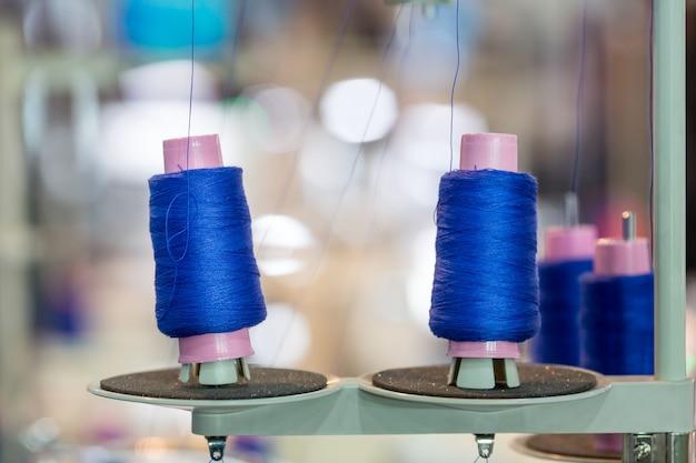 ミシン、工場の青い糸のスプール
