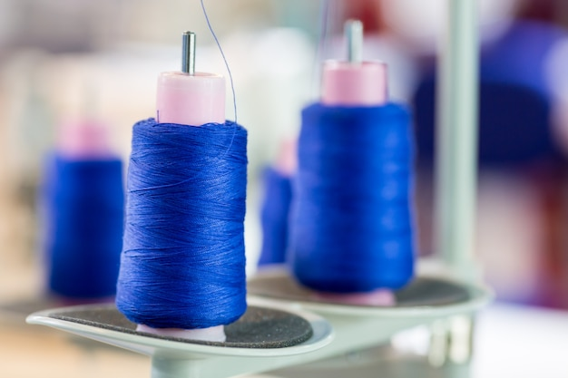 スレッドのクローズアップ、縫製生地のスプール。繊維製造、衣料産業。工場の裁縫