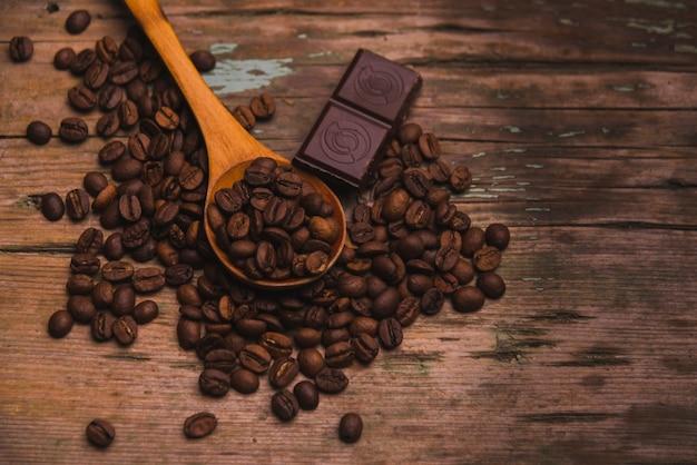 焙煎コーヒー豆のスプーンとチョコレート
