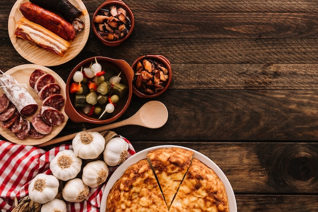 Ложка и салфетка возле восхитительной пищи