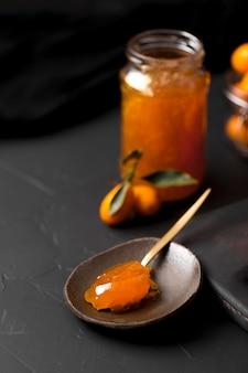 Cucchiaio pieno di marmellata di frutta esotica