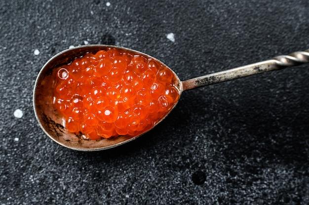 絶妙な赤キャビアのスプーン