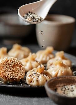 食べ物にスパイスを注ぐスプーン