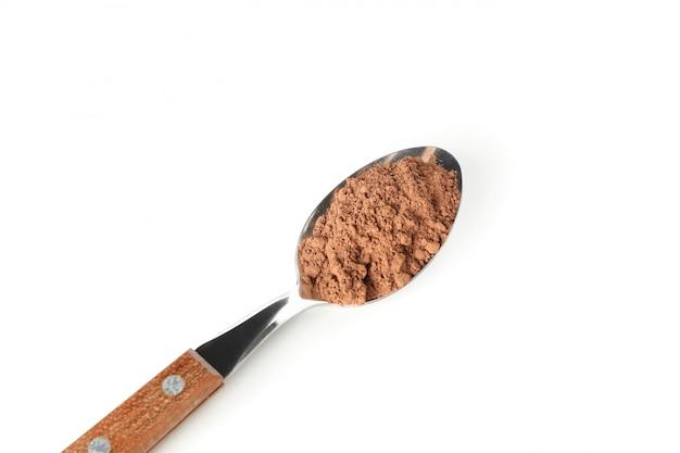 Ложка с какао-порошок, изолированные на белом
