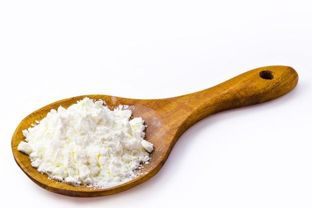 Ложка с кукурузным крахмалом, кукурузной мукой для приготовления кремов или в качестве загустителя.