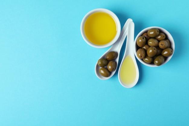 블루에 올리브와 기름 숟가락과 그릇