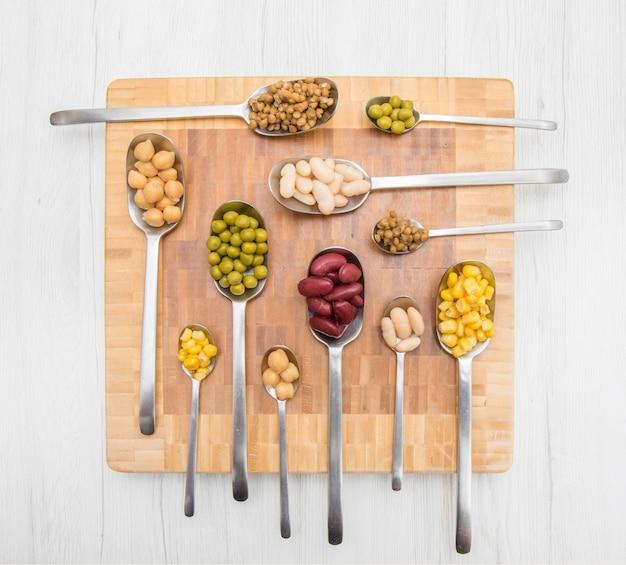 野菜と様々なシリアルのスプーン