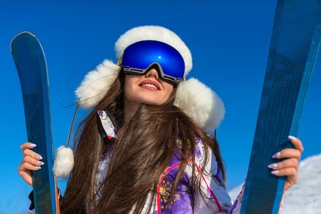 Спорт и концепция активного образа жизни: зимний портрет женщины на лыжах на вершине горы