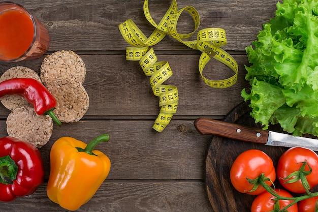 스포츠 및 다이어트 야채 소박한 바에 토마토 주스와 센티미터 고추 토마토 샐러드 한 잔...