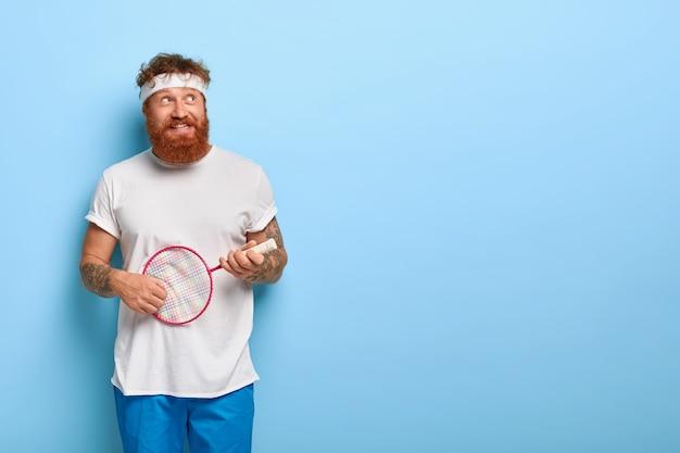 스포츠 및 엔터테인먼트 개념. 재미있는 남자는 테니스 클럽에 참석하고 활동적인 여가와 취미를 즐깁니다.