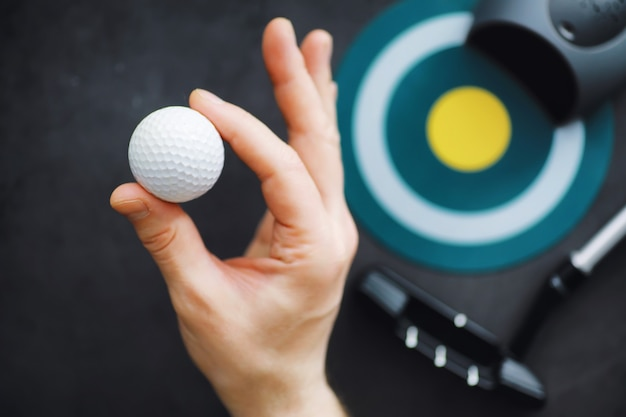 スポーツと健康的なライフスタイル。ミニゴルフ。白いゴルフボールとテーブルの上のミニゴルフのセット。ゴルフの概念を持つスポーツの背景。