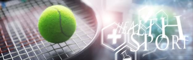 스포츠와 건강한 라이프 스타일. 테니스. 테니스용 노란색 공과 탁자 위에 있는 라켓. 테니스 개념 스포츠 배경입니다.