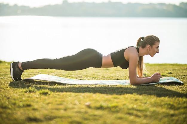 スポーツとライフスタイルの概念の若い女性が屋外でスポーツをする