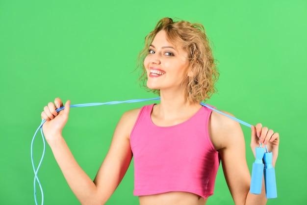 Спорт дома женщина со скакалкой спорт в самоизоляции кардио тренировка скакалка спортивная женщина