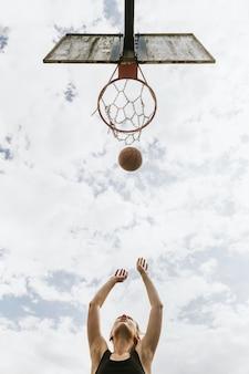 스포츠 배경, 농구를 하는 어린 소녀, 여름 취미