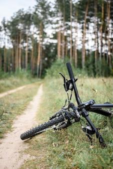 Спортивный велосипед, лежащий на летней траве.