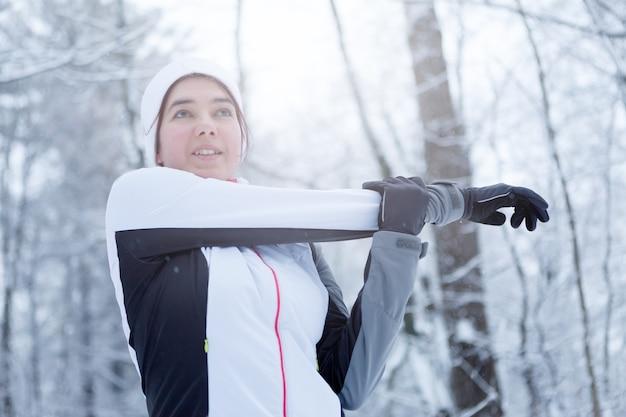 Спортивная брюнетка на упражнениях на растяжку